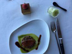 Pato asado, manzanita de foie y raspado de rúcula, del Azurmendi en San Sebastián, España.