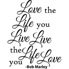 Décorez votre maison facilement avec ce sticker mural Love the life you live, live the love you live - Bob Marley. Les stickers muraux avec citations ou phrases célèbres et spirituelles sont parfaites pour votre salon.