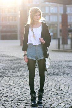 Kimono, rockige Boots und Jeansshorts kombiniert Modebloggerin Laura zusammen in einem coolen Outfit.