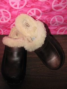 UGGS    WOODEN CLOGS    BROWN LEATHER/SHEEPSKIN    SIZE  6M    MINT CONDITION    FOR PREOWNED    AWESOME CLOGS    9 ¾ IN LENGTH    3.5 IN WIDTH    VERY COMFY    SUPER CUTE    WONDERFUL ADDITION    TO YOUR WARDROBE