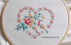 Confira o passo a passo com uma ideia para bordar um coração de flores com pontos de bordado livre.