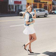 テニスガールのようなプリーツ入りのミニスカートが流行中!超ミニでありながらスポーティな印象がある「テニススカート」でヘルシー&キュートなスタイルを目指しましょう!
