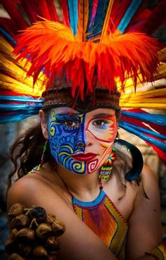 ~ It's a Colorful Life ~ Costume Ethnique, Tribal Makeup, Aztec Culture, Foto Real, Aztec Art, Chicano Art, Mexican Art, People Of The World, Photos Du