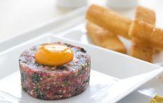 La bistecca alla Tartara, nota anche come Steak Tartare, è un secondo freddo molto raffinato e delizioso al tempo stesso, ideale per le cene estive.