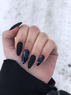 Semi-permanent varnish, false nails, patches: which manicure to choose? - My Nails Black Acrylic Nails, Almond Acrylic Nails, Black Nails, Black And Purple Nails, Black Manicure, Wave Nails, Aycrlic Nails, Hair And Nails, Nail Art Designs