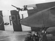 Bandes peintes grossièrement aux couleurs de l'invasion, sur le fuselage arrière d'un avion Douglas Boston de la Royal Air Force. Les avions qui ont pris part à l'invasion on D-Day, portaient ces bandes (D-Day stripes) facilement reconnaissables pour que les troupes alliées ne les confondent pas avec les avions ennemis.