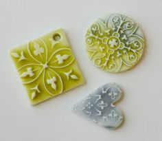 There's a tutorial for this technique here at Polymer Clay Web: Faux Ceramic Pendants www. Fimo Clay, Polymer Clay Projects, Polymer Clay Creations, Polymer Clay Beads, Ceramic Pendant, Ceramic Clay, Ceramic Beads, Biscuit, Creation Deco