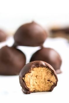 PEANUT BUTTER BALLS - Peanut Butter Balls are an easy treat made with sweetened peanut butter and covered in chocolate. Everyone LOVES this recipe! Easy Delicious Recipes, Vegan Recipes Easy, Delicious Desserts, Yummy Food, White Chocolate Recipes, Semi Sweet Chocolate Chips, Butter Ball Cookies Recipe, Balls Recipe, Cookie Recipes
