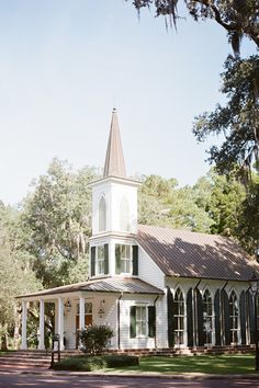Little white ceremony chapel in the south | Southern destination wedding by wedding planner, floral designer and stylist Reverie Events (www.reveriemade.com) published on Southern Weddings | Photography: Kay English Photography (www.kayenglishphotography.com) | Venue: The Inn at Palmetto Bluff