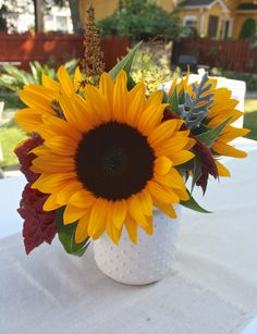 Sunflowers Sunflowers And Daisies, Diy Flowers, Beautiful Flowers, Wedding Flowers, Party Centerpieces, Sunflower Centerpieces, Sunflower Bouquets, Flower Images, Fall Crafts
