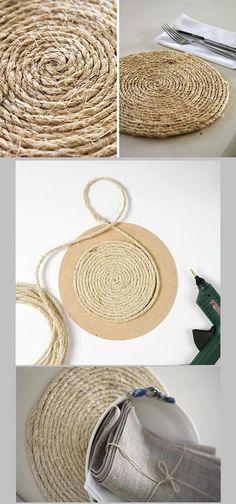 DIY: Sousplat made with jute yarn Rope Crafts, Diy Home Crafts, Diy Home Decor, Arts And Crafts, Diy Para A Casa, Diy Casa, Ideias Diy, Burlap, Craft Projects