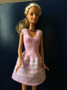 une autre petite robe pour se sentir élégante. Modèle Stickatillbarbie N. 1091