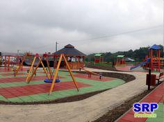 Fallschutzplatten - Spielanlage-Freizeitanlage. Flächengröße ca. 600qm, in der Farbe rot und grün