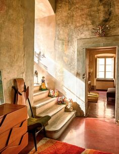 Restrained in his work as an architect, Roberto Baciocchi likes to let loose at home. Interior Paint Colors, Interior Design, Entry Hall, Italian Style, Contemporary Interior, Home Collections, Fresco, Interior Inspiration, Beautiful Homes