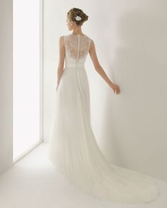 A lace back with perfect covered buttons. Oh Rosa Clara your #wedding dresses are divine!