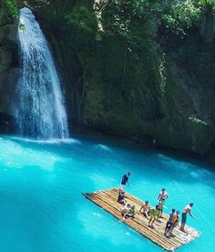 Chilling at Kawasan Falls in the Philippines /// #travel #wanderlust