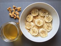Porridge de avena con semillas de chía y plátano, un puñado de nueces y un té verde.