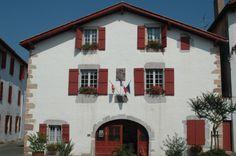 Ainhoa, un des plus beaux villages de France. Pays Basque    Camping Lou P'tit Poun à Saint Martin de Seignanx, env. 40min