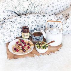 Petit-déjeuner au lit hôtel : Crêpe au chocolat et salade de fruits