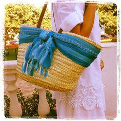 Hoy salimos de casa con look ibicenco y bolso de rafia con maxi lazo azul! #capazo