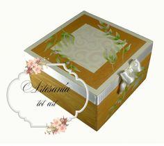 Una cajita para una jovencita romántica y soñadora. Ideal para guardar pequeños detalles. Caja de madera de pino tintada con óleos. Flores pintadas a mano alzada con acrílicos. Contorno decorado con un lazo de raso en tono marfil. Acabado satinado.