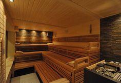 Professionelle Design-Sauna mit beleuchteter Natursteinwand. (De corso sauna manufaktur gmbh)