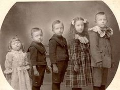 This site exists to discredit the idea of the Victorian standing post mortem photo. Post mortem photos do exist, but none of them are stand alone. Photographie Post Mortem, Fotografia Post Mortem, Momento Mori, Historical Women, Historical Photos, Memento Mori Photography, Images Victoriennes, Post Mortem Pictures, Dead Pictures