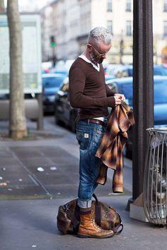 мужчина в рыжих берцах и джинсах