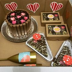 festa na caixa Chocolate Treats, Chocolate Lovers, Cute Birthday Gift, Sweet Box, Donut Party, Dessert Decoration, Diy Gifts For Boyfriend, Food Gifts, Birthday Candles