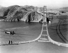 Trabajos en la pasarela del Golden Gate el 25 de octubre de 1935.Inaugurado en 1937,u ne la península de San Francisco por el norte con el sur de Marin, a través del estrecho de Golden Gate, que da nombre al puente.