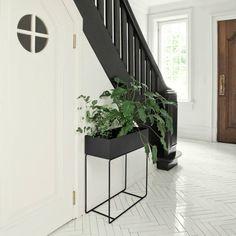 Tof ontwerp! Deze planten box op hoog frame is natuurlijk super leuk om vol te zetten met planten, of een stoere cactus. Maar je kunt het ook als handige opberg