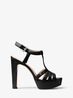 Sa semelle compensée vertigineuse et sa finition brillante en cuir verni confèrent à notre sandale Catalina un charme glamour, et même sexy. Ce modèle à lanières se mariera parfaitement avec une robe ou une jupe pour vous rendre à une soirée.