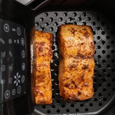 Air Fryer Salmon is a quick and easy way to cook salmon, which results in seared edges and tender, flaky center. Ready in 10 minutes, low carb & low calorie Air Fryer Fish Recipes, Air Frier Recipes, Air Fryer Dinner Recipes, Fish In Air Fryer, Salmon In Air Fryer, Air Fryer Recipes Videos, Air Fryer Recipes Low Carb, Easy Dinner Recipes, Cooking Recipes