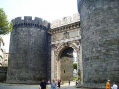 Porta Capuana, antica porta della città di Napoli, a ridosso del castel Capuano