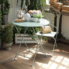 Pro romantická zákoutí jako stvořený je kulatý kovový stůl Green Farm (rozměry 70 x 74 cm, 56 x 30 cm) za 2699 Kč, k němu se hodí sada dvou kovových židlí za 4199 Kč; Bonami