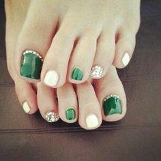 Green and white colour toenail arts desgin