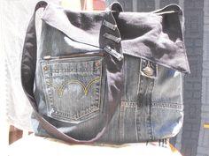 Riciclando jeans. A very large denim bag.