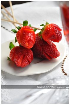 Step-by-step tutorial for making strawberry roses plus instructions for strawberries and cream (translate from Spanish)