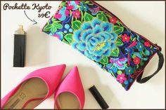 Ravissante et élégante pochette florale aux couleurs éclatantes et pigmentées ! Cette superbe