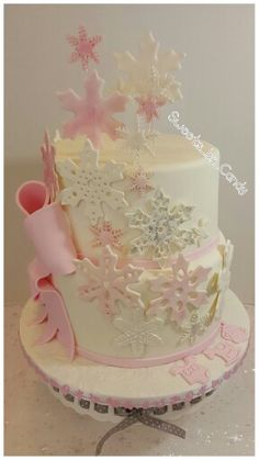 Winter Babyshower cake for a girl. #winterbabyshower #girlbabyshower #snowflakecake www.sweetsbycandy.com