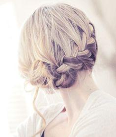 coiffure tresse penchée  et mèches bouclées