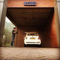 #frogperspective #lowangleshot #lowanglephotography #downtoearth #frombelow #pointofview #kikkerperspectief #laagbijdegrond #elkedageenfoto #project2017 #everydaypicture #washbox #wasbox #carwash #autowassen #whiteagain #weerwit #car #auto #mycar #mijnauto #fiat500 #fiat500c #cabrio #washday #clean #schoon