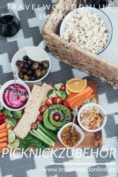In diesem Picknickzubehör findest Du alles, was Du fürs Picknick in der Natur brauchst. Picknick Set, Clean Recipes, Cobb Salad, Dips, Picnic, Tasty, Cheese, Meals, Food