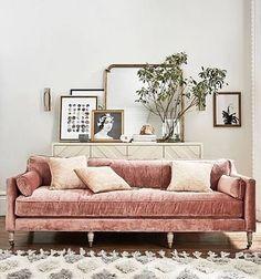 A última foto deu o que falar haha. Mas agora esse sofá tenho certeza que vão gostar, adorei o pezinho diferente e o tecido ❤️
