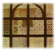 Moucharabieh en bois formé de divers motifs