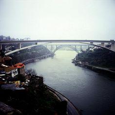 O rio Douro entre Porto e Gaia, as neblinas e o barco Rabelo associado pelo Vinho do Porto. Pontes: Freixo, Infante, Dª Maria, Infante, D. Luís, Arrábida