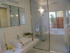 バスルーム洗面室~バスルーム~バスコートへとつながる広々空間。視線を気にせずゆったりと、日々の疲れを癒してくれます。