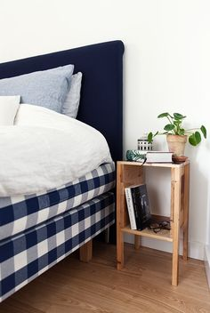 We dream of sleeping in this bright and nordic bedroom with a luxury Hästens bed.