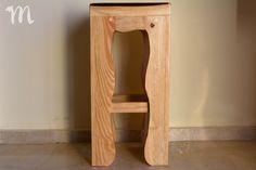 Taburete rústico fabricado en Mideco con madera de palets. Magazine Rack, Pallet, Shelves, Cabinet, Storage, Etsy, Furniture, Home Decor, Furniture Catalog