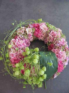 garland of flowers Hortensienkranz Art Floral, Deco Floral, Floral Design, Christmas Front Doors, Christmas Wreaths, Christmas Decorations, Flower Garland Wedding, Flower Garlands, Hydrangea Wreath
